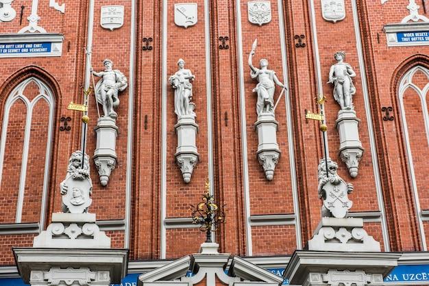 Estátuas na famosa casa dos cravos pretos na riga latvia
