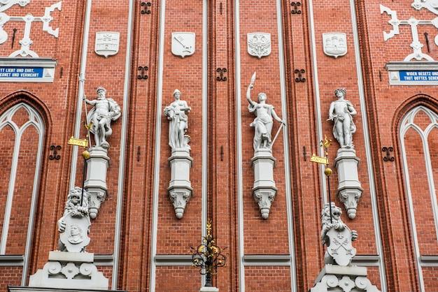 Estátuas na famosa house of the blackheads em riga, letônia