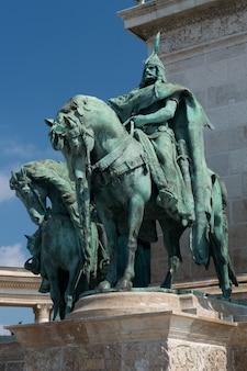 Estátuas na praça dos heróis