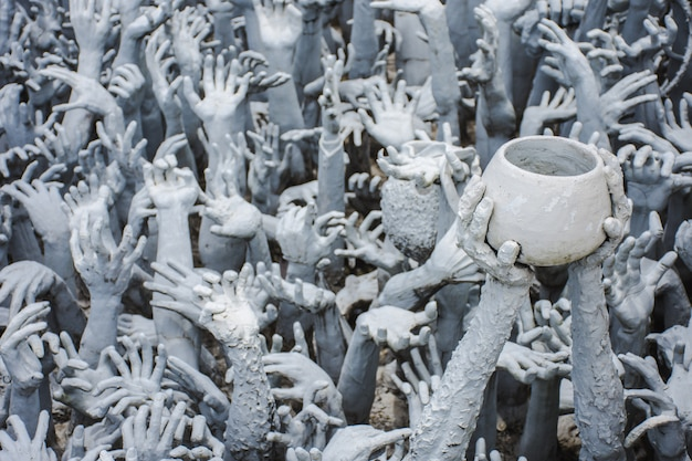 Estátuas no templo branco tailandês
