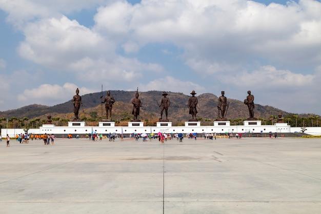 Estátuas sete reis da tailândia, localizados no parque rajabhakti (ratchapak), na província de prachuap khiri khan, tailândia