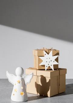 Estatueta de anjo do dia da epifania com caixas de presente
