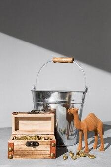 Estatueta de camelo do dia da epifania com baú de tesouro e balde
