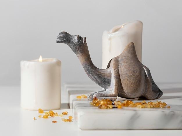 Estatueta de camelo do dia da epifania com passas e velas