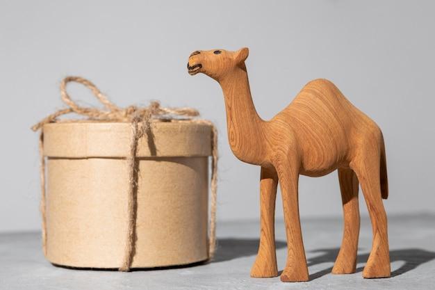 Estatueta de camelo do dia da epifania e caixa de presente