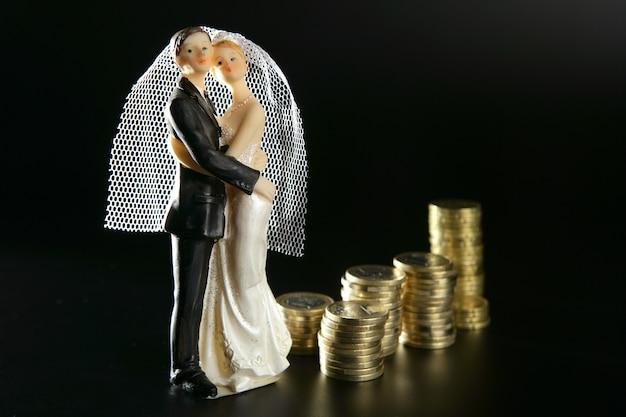 Estatueta de casal casamento e moedas de ouro