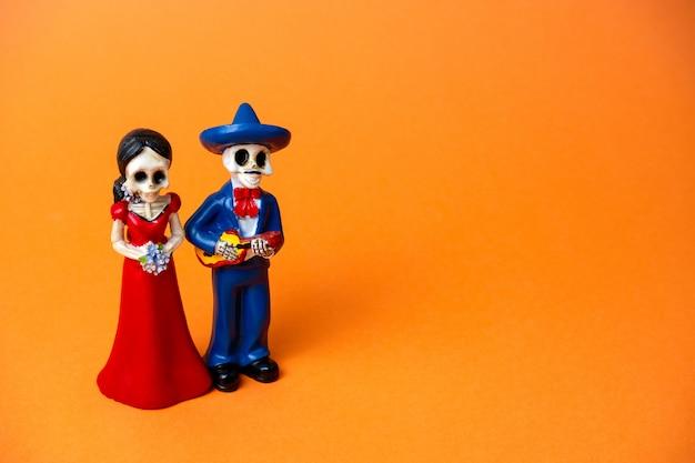 Estatueta de esqueletos de um homem e uma mulher para o dia do festival morto