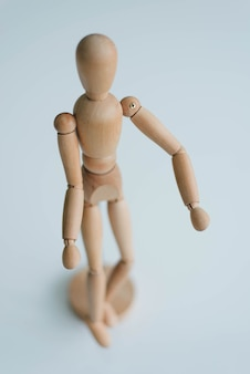 Estatueta de homem de madeira. a figura de um homem de madeira.