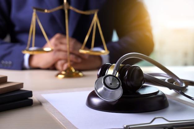 Estatueta de martelo de lei regras de negócio de cuidado de saúde