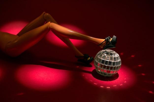 Estatueta de mulher sexy com bola de discoteca deitado