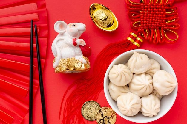 Estatueta de rato e bolinhos de massa ano novo chinês