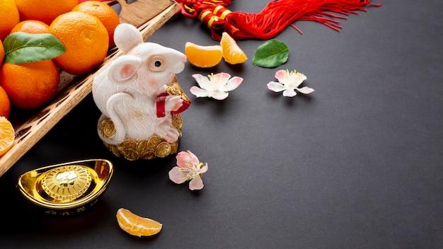 Estatueta de rato e flor de cerejeira ano novo chinês