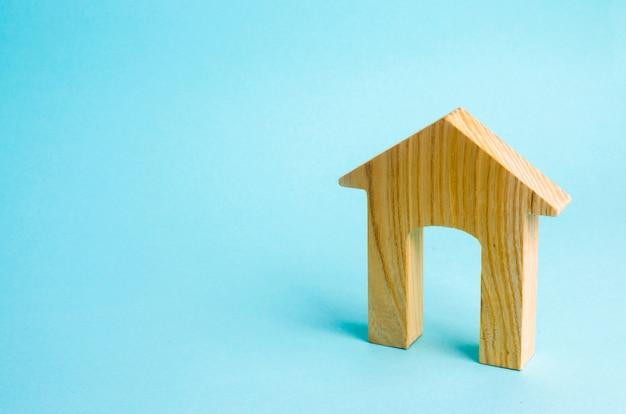 Estatueta de uma casa de madeira com uma grande porta