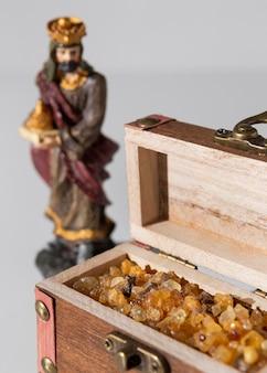 Estatueta do rei do dia da epifania com baú de tesouro
