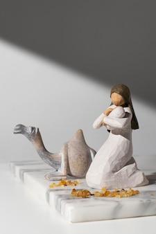 Estatueta feminina do dia da epifania com bebê e camelo