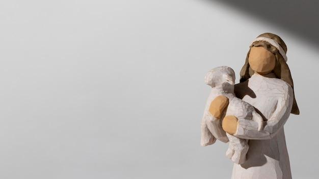 Estatueta feminina do dia da epifania com ovelhas e espaço de cópia
