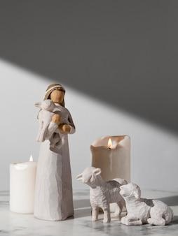 Estatueta feminina do dia da epifania com ovelhas e velas