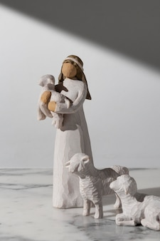 Estatueta feminina do dia da epifania com ovelhas