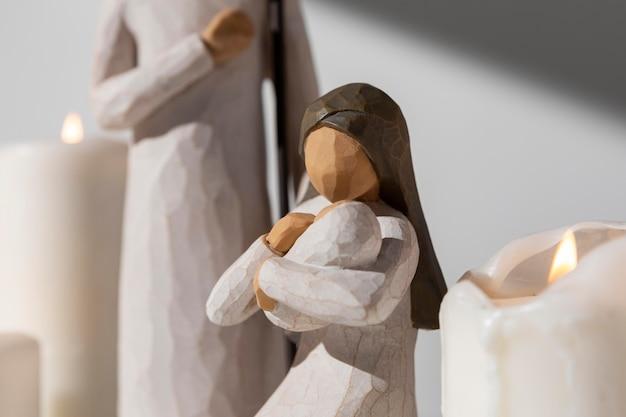 Estatueta feminina e masculina do dia da epifania com bebê e velas