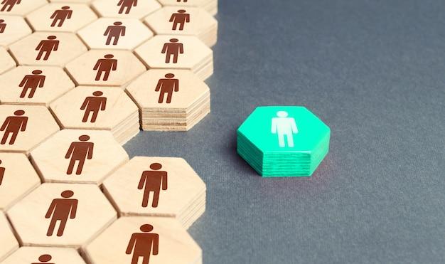Estatueta humana fora do sistema geral da empresa. separação do grupo, promoção.