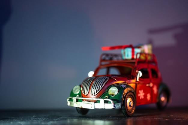 Estatuetas com temática de natal. a estatueta de um carro vermelho com presentes no teto