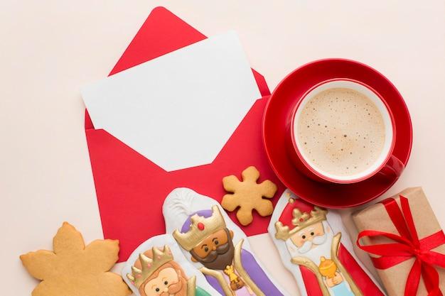 Estatuetas comestíveis de biscoito da realeza com café e envelope