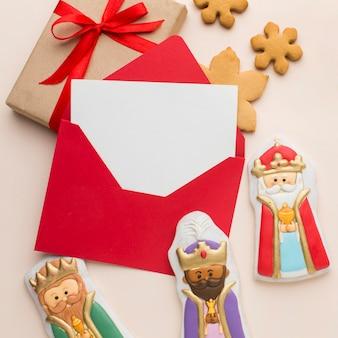 Estatuetas comestíveis de biscoito da realeza com envelope e presente