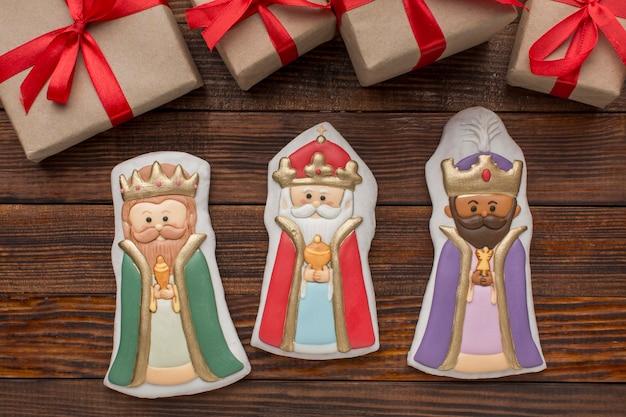 Estatuetas comestíveis de biscoito da realeza com presentes