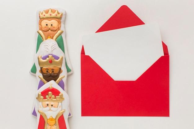 Estatuetas comestíveis de biscoito da realeza e envelope de papelaria