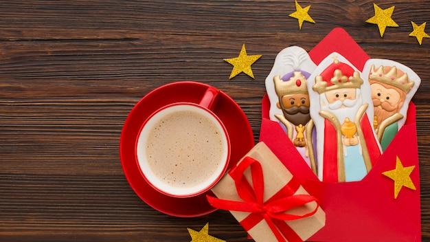 Estatuetas comestíveis de biscoito da realeza e xícara de café vermelha