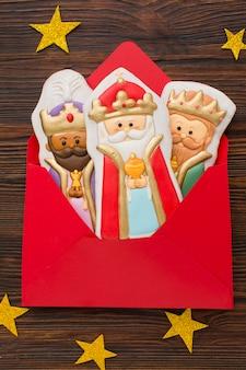 Estatuetas comestíveis de biscoito da realeza em um envelope