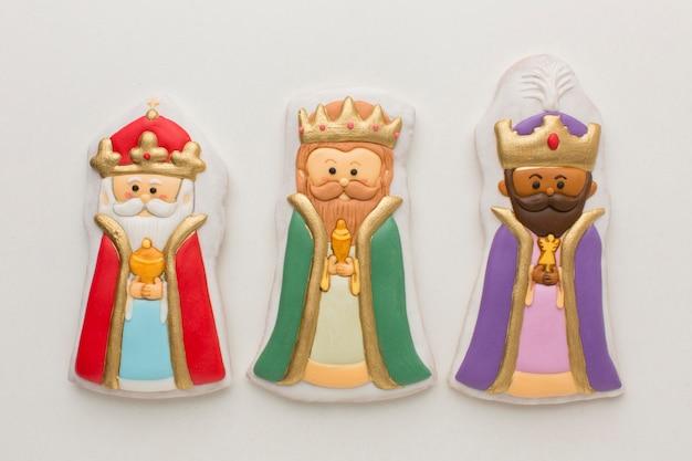 Estatuetas comestíveis de biscoito realeza vista superior