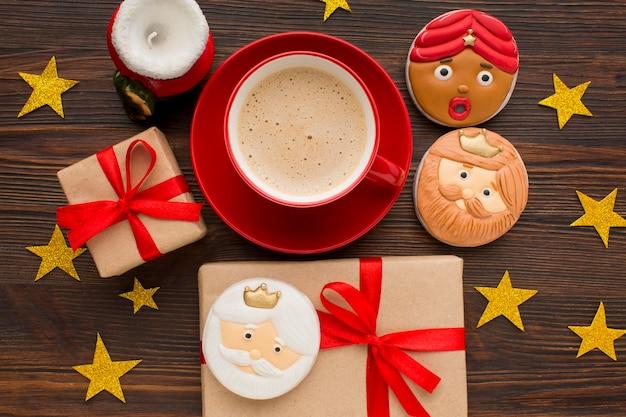 Estatuetas comestíveis de biscoitos da realeza com café e presentes