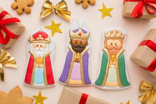Estatuetas comestíveis de biscoitos da realeza com estrelas e presentes