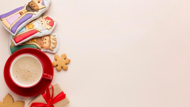 Estatuetas comestíveis de biscoitos da realeza e espaço de cópia de café