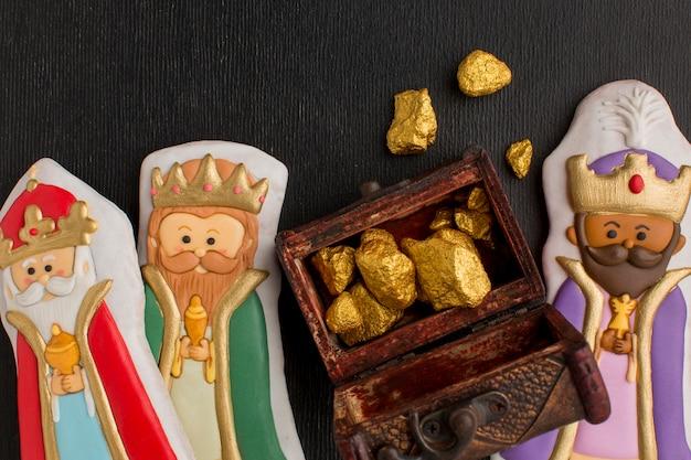 Estatuetas de biscoitos da realeza e baú cheio de minério de ouro