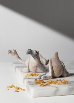 Estatuetas de camelo do dia da epifania com passas