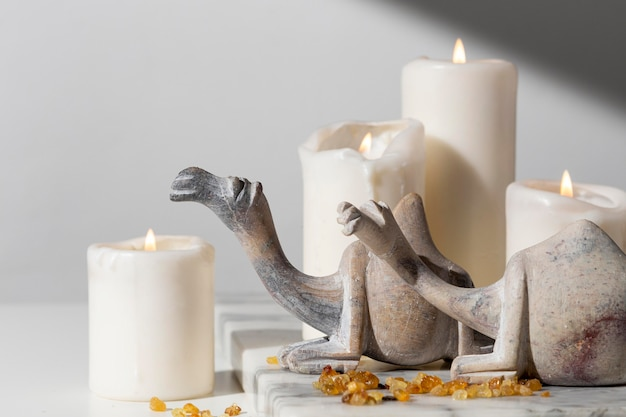 Estatuetas de camelo do dia da epifania com velas e passas