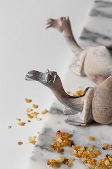 Estatuetas de camelo do dia da epifania em ângulo elevado com passas