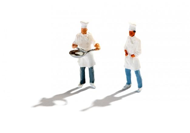 Estatuetas de chefs contra fundo branco