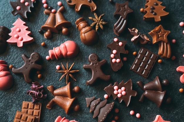 Estatuetas de chocolate artesanais. chocolate amargo e ao leite.