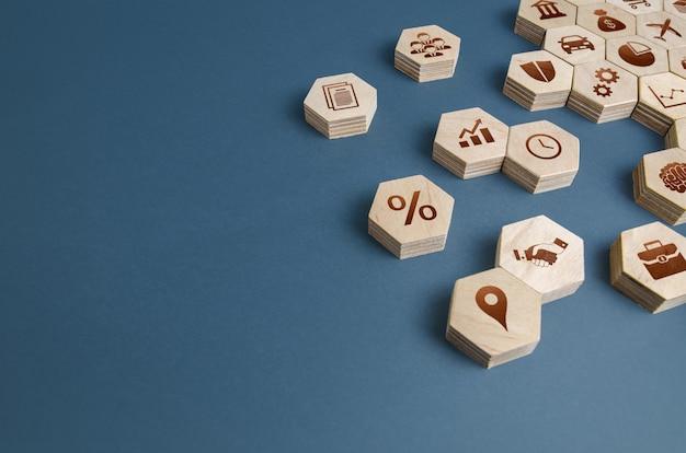 Estatuetas de madeira com atributos de negócios componentes para construir uma empresa de sucesso