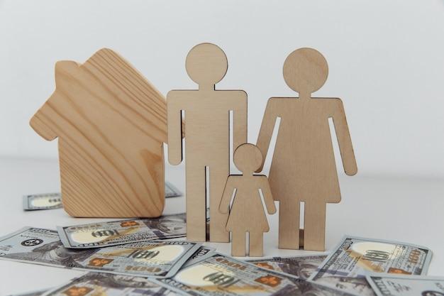 Estatuetas de madeira de família com novo conceito de casa para compra de casa