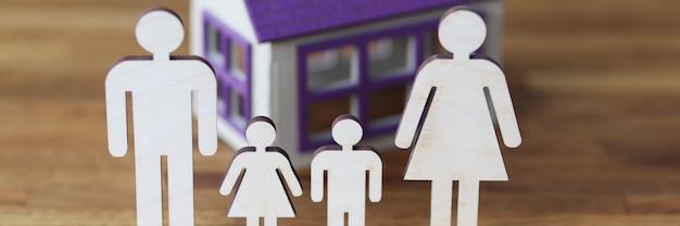 Estatuetas de madeira de pais e filhos no fundo da casa