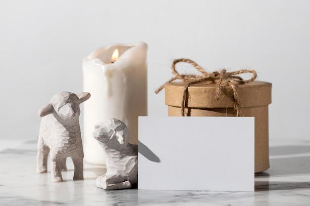 Estatuetas de ovelha do dia da epifania com caixa de presente e vela