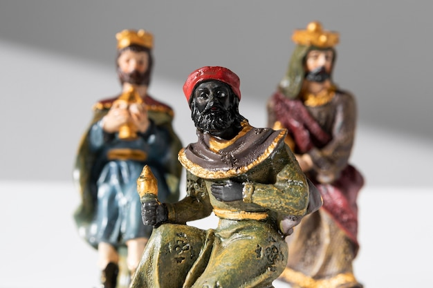 Estatuetas de reis do dia da epifania com coroas