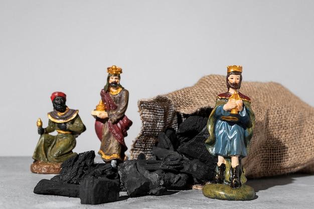 Estatuetas de reis do dia da epifania com saco de carvão