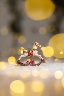 Estatuetas decorativas de um tema de natal, estatueta de um cavalo de balanço,