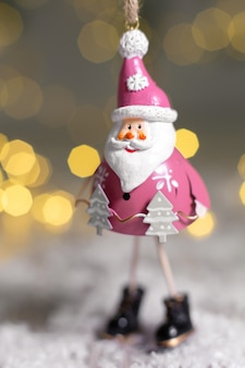 Estatuetas decorativas de um tema de natal.