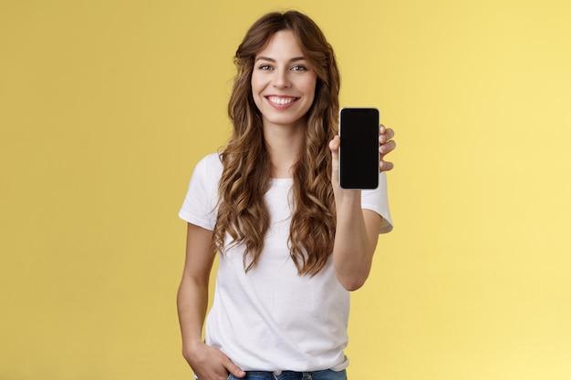 Este aplicativo tudo que você precisa alegre amigável extrovertido elegante menina mostrando seu smartphone em branco celular ph ...